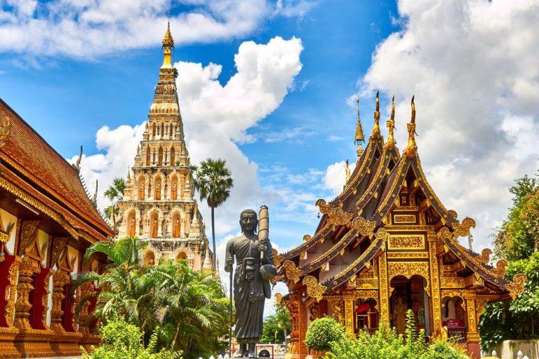 Thailands konge bliver gift med stewardesse